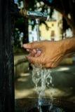 Limpe as mãos masculinas fotografia de stock