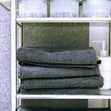 Limpe as toalhas coloridas que penduram na cremalheira no banheiro Centre-se sobre a parte superior do gancho e das toalhas fotos de stock royalty free