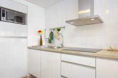 Limpe a cozinha fresca e brilhante Fotografia de Stock Royalty Free