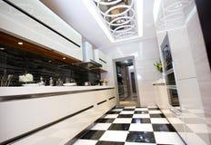 Limpe a cozinha moderna Imagem de Stock