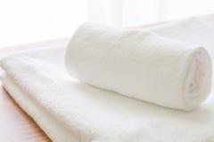 Limpe a dobra branca de toalha Imagens de Stock Royalty Free