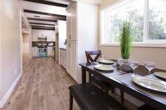 Limpe e abra a mesa de cozinha e a cozinha no fundo em uma casa de San Diego em Califórnia do sul Imagem de Stock