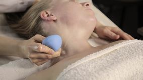 Limpe a massagem do pescoço, esteticista faz massagens com bancos do vácuo vídeos de arquivo