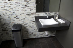 Limpe o banheiro moderno Fotos de Stock Royalty Free