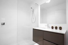 Limpe o banheiro moderno Fotografia de Stock Royalty Free