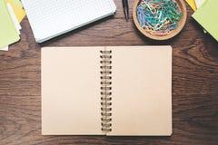 Limpe o bloco de notas espiral no desktop de madeira Fotos de Stock