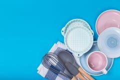 Limpe o grupo dos pratos, do café ou de chá Abundância de copos e de pires elegantes da porcelana no fundo azul imagem de stock royalty free