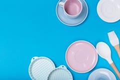 Limpe o grupo dos pratos, do caf? ou de ch? Abund?ncia de copos e de pires elegantes da porcelana no fundo azul imagem de stock royalty free