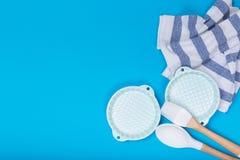 Limpe o grupo dos pratos, do caf? ou de ch? Abund?ncia de copos e de pires elegantes da porcelana no fundo azul fotos de stock royalty free