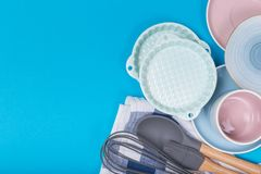 Limpe o grupo dos pratos, do caf? ou de ch? Abund?ncia de copos e de pires elegantes da porcelana no fundo azul imagens de stock royalty free
