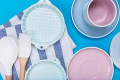 Limpe o grupo dos pratos, do caf? ou de ch? Abund?ncia de copos e de pires elegantes da porcelana no fundo azul fotos de stock