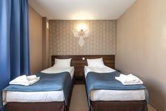 Limpe o interior da sala de hotel com a cama Fotos de Stock Royalty Free