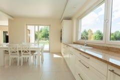 Limpe o interior moderno da cozinha Fotografia de Stock