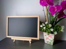 Limpe o quadro-negro ou a placa de giz na tabela imagens de stock royalty free