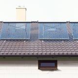 Limpe o sistema de aquecimento solar de água em um telhado da casa Imagem de Stock Royalty Free
