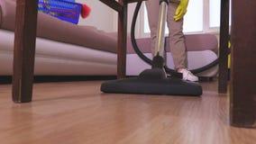 Limpe a poeira sob a cadeira filme
