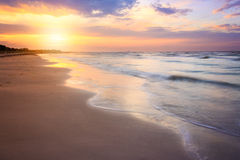 Limpe a praia no por do sol do nascer do sol com as ondas bonitas pode ser usado Fotografia de Stock