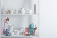 Limpe pratos e flores imagem de stock