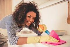 Limpeza afro-americana da mulher fotos de stock royalty free