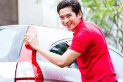 Limpeza asiática do homem e carro da lavagem Imagem de Stock Royalty Free