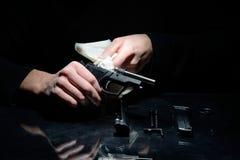 Limpeza da arma Fotografia de Stock Royalty Free