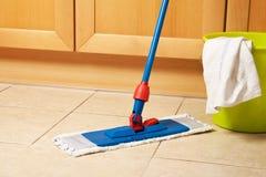 Limpeza da casa com o espanador imagens de stock