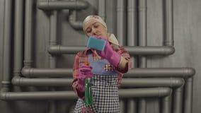 Limpeza da dona de casa com garrafa e esponja do pulverizador video estoque