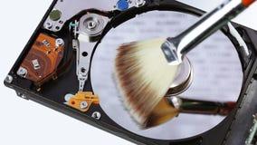 Limpeza da movimentação de disco rígido (hdd) com vassoura da escova filme