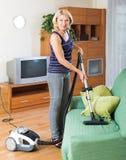 Limpeza da mulher com aspirador de p30 Fotos de Stock