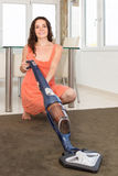 Limpeza da mulher com aspirador de p30 Fotografia de Stock