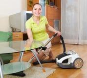 Limpeza da mulher com aspirador de p30 Imagem de Stock