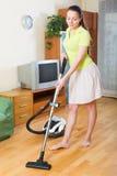 Limpeza da mulher com aspirador de p30 Imagens de Stock