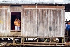 Limpeza da mulher em Iquitos, Peru fotografia de stock