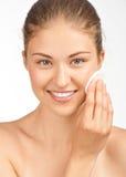 Limpeza da mulher sua face Imagem de Stock Royalty Free