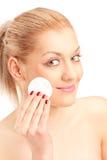 Limpeza da mulher sua face com almofada de algodão Imagem de Stock