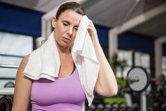 Limpeza da mulher suada com a toalha fotografia de stock