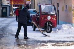 Limpeza da neve com uma pá após uma tempestade de neve Fotografia de Stock Royalty Free