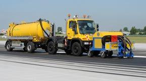 Limpeza da pista de decolagem no aeroporto Fotografia de Stock