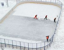 Limpeza da pista de gelo da neve na jarda da casa Fotos de Stock