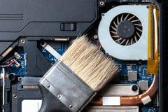 limpeza da poeira do cartão-matriz do laptop Sistema mais fresco do processador central com poeira e Web manutenção da eletrônica imagem de stock royalty free