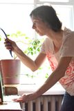 Limpeza da primavera bonita nova da mulher um espelho do vintage fotografia de stock