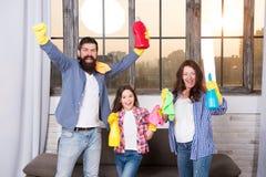 Limpeza da primavera Sua uma parada para necessidades da limpeza da casa Produtos de limpeza felizes da posse da família Matriz,  imagens de stock