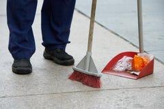 Limpeza da rua e varrer com vassoura Fotografia de Stock
