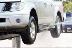 Limpeza de lavagem do carro e água exercida pressão sobre Imagens de Stock Royalty Free