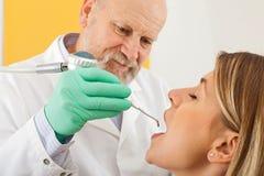 Limpeza dental com fluxo de ar foto de stock royalty free