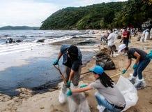 Limpeza do derramamento de óleo, Rayong, Tailândia 3 imagem de stock royalty free