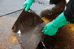 Limpeza do derramamento de óleo na área de funcionamento perigo para a natureza Imagem de Stock