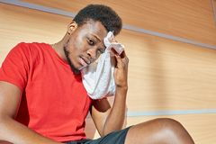 Limpeza do desportista suada da testa foto de stock