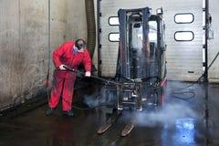 Limpeza do Forklift foto de stock