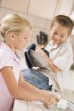 A limpeza do irmão e da irmã torna côncava junto Imagens de Stock